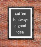 Le café est toujours une bonne idée écrite dans le cadre de tableau Photographie stock