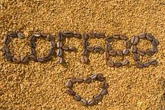 Le caf? et le coeur de mot des grains de caf? sur le fond du caf? soluble dispers? Texture photographie stock