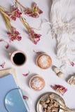Le café et les gâteaux avec la tulipe rose fleurit, moment romantique de matin Vue supérieure Photos stock