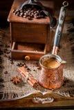 Le café fraîchement fraisé avec le pot a bouilli le café et des haricots Photos libres de droits