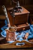 Le café fraîchement rôti avec la vieux broyeur et pot a bouilli le café Image stock