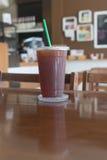 Le café glacé d'Americano emportent dedans la tasse Photographie stock