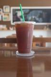 Le café glacé d'Americano emportent dedans la tasse Photos stock