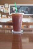 Le café glacé d'Americano emportent dedans la tasse Images stock