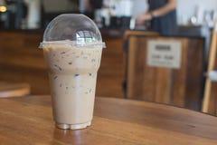 Le café glacé d'Americano emportent dedans le verre en plastique de tasse sur l'OE Photo stock
