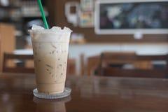 Le café glacé emportent dedans le verre en plastique de tasse sur le Tableau I en bois Photographie stock libre de droits