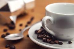 Le café italien fait avec une machine de café de moka Images stock