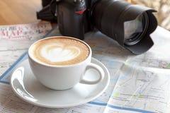 Le café, l'appareil-photo, les cartes et le crayon sont nécessaires pour le voyage images stock