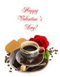 Le café, la fleur de rose de rouge et le coeur durcissent sur le blanc Images stock