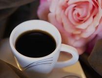 Le café noir chaud a complété la petite tasse de petit morceau image stock