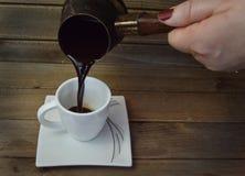 Le café noir chaud a complété la petite tasse de petit morceau photographie stock libre de droits