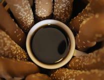 Le café noir chaud a complété la petite tasse de petit morceau photo stock