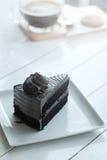 Le café noir d'americano chaud et le morceau d'A de charbon de bois durcissent sur la table en bois blanche Image stock