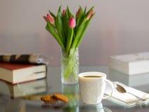 Le café noir en verre blanc de tasse a complété la table Photographie stock