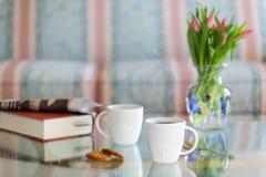 Le café noir en verre blanc de tasse a complété la table Photographie stock libre de droits