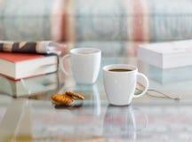 Le café noir en verre blanc de tasse a complété la table Images libres de droits