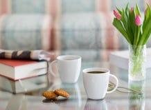 Le café noir en verre blanc de tasse a complété la table Photo stock