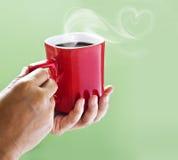 Le café noir sur la tasse rouge et le coeur fument de la mère Photos libres de droits