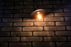 Le café ou le restaurant décorent du mur de briques rouge et de la lampe industrielle de grenier photographie stock