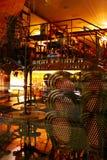 Le café parisien fermé rougeoie la nuit photo stock
