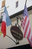 Le café Procope à Paris avec des portraits des auteurs célèbres et des politiciens revolutionnary Benjamin Franklin, Jean Jacques Image libre de droits
