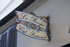 Le café Procope à Paris avec des portraits des auteurs célèbres et des politiciens revolutionnary Benjamin Franklin, Jean Jacques Photographie stock libre de droits