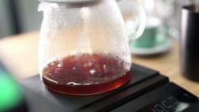 Le café s'égoutte dans un pot en verre Caf? de filtre banque de vidéos