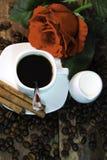 Le café, s'est levé, les haricots, la cannelle et le lait Images stock