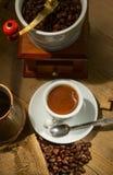 Le café s'est renversé dans une cuvette Images stock