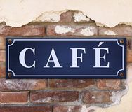 Le café se connectent le mur de briques photographie stock libre de droits