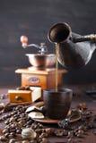 Le café se renverse dans la tasse Image libre de droits