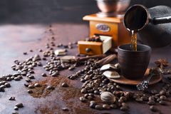 Le café se renverse dans la tasse Photos stock