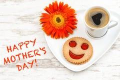 Le café a souri jour de mères heureux de fleur d'amour de coeur de biscuit Photo stock