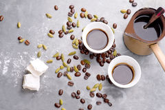 Le café turc avec les grains de café et le cardamome a dispersé sur un fond de vintage Photographie stock