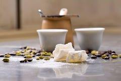 Le café turc avec les grains de café et le cardamome a dispersé sur un fond de vintage Photos libres de droits