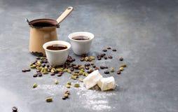 Le café turc avec les grains de café et le cardamome a dispersé sur un fond de vintage Image stock