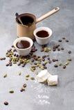 Le café turc avec les grains de café et le cardamome a dispersé sur un fond de vintage Image libre de droits