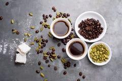Le café turc avec les grains de café et le cardamome a dispersé sur un fond de vintage Photographie stock libre de droits
