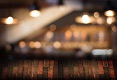 Le café vide de table de conseil en bois, café, barre a brouillé le backgro Image stock