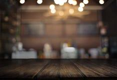 Le café vide de table de conseil en bois, café, barre a brouillé le backgro Photo libre de droits