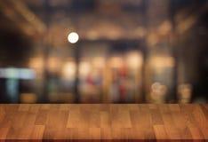 Le café vide de table de conseil en bois, café, barre a brouillé le backgro Photos stock