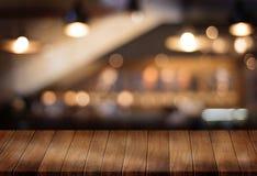 Le café vide de table de conseil en bois, café, barre a brouillé le backgro Photo stock