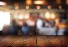 Le café vide de table de conseil en bois, café, barre a brouillé le backgro Images stock