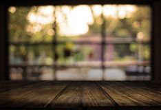 Le café vide de table de conseil en bois, café, barre a brouillé le backgro Photographie stock