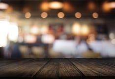 Le café vide de table de conseil en bois, café, barre a brouillé le backgro Image libre de droits