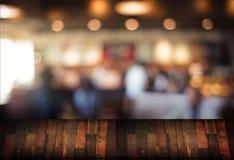 Le café vide de table de conseil en bois, café, barre a brouillé le backgro Images libres de droits