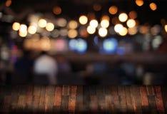 Le café vide de table de conseil en bois, café, barre a brouillé le backgro Photographie stock libre de droits
