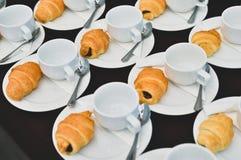 Le caf? boit la restauration, caf? chaud servi avec du pain, pause-caf? lors de la r?union de conf?rence pour le s?minaire photos libres de droits
