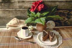 Le café noir, tranches de Chinois d'andde cakede chocolat s'est levé dans le potd'argile Photo stock