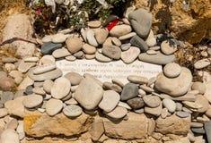 Le caillou de ` d'amour de ` lapide à gauche par des visiteurs chez Aphrodite Rock, Chypre Photographie stock libre de droits